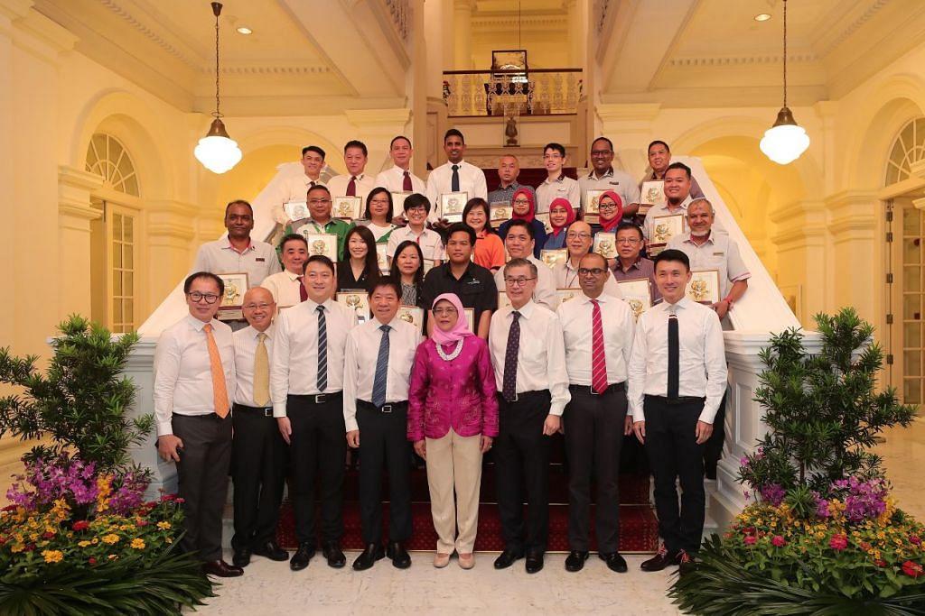 KHIDMAT DIIKTIRAF: Presiden Halimah Yacob bergambar bersama para tetamu dan penerima Anugerah Cemerlang di majlis Anugerah Berbudi Bahasa Nasional - Pengangkutan Emas Ke-19 semalam. Majlis anjuran bersama Penguasa Pengangkutan Darat (LTA) dan Gerakan Berbudi Singapura (SKM), dan disokong persatuan dan pengendali pengangkutan itu diadakan di Istana. - Foto BH oleh KELVIN CHNG