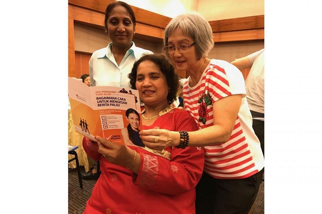 TINGKATKAN PEMAHAMAN: (Duduk) Cik Emilia Ramalan Muslia Mohamed, 57 tahun bersama dua lagi temannya, Cik Guan Gek Choon, 67 tahun dan Cik Rada Raj, 62 tahun, kesemuanya daripada Khidmat Masyarakat Tanglin telah diberikan brosur tentang bagaimana cara-cara untuk mengenal pasti berita palsu, sebagai sebahagian daripada Hari Pembelajaran Perkhidmatan di ITE Kolej Timur. - Foto BH oleh SHAHIDA SARHID