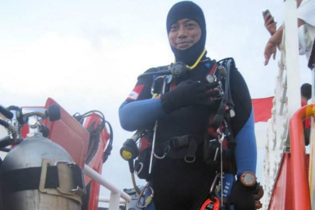 Lion Air crash: Indonesian diver dies during search and rescue operation