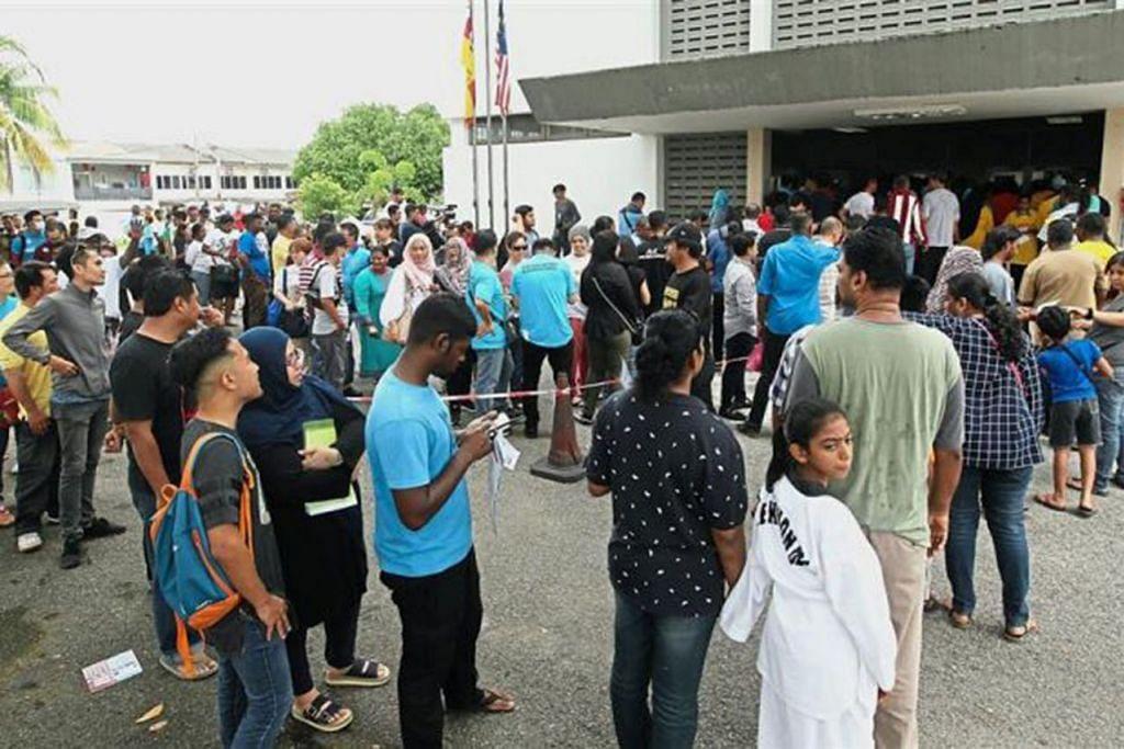 ANGGOTA TENTUKAN KEPIMPINAN: Ahli PKR beratur untuk mengundi semasa pemilihan parti tersebut bagi cabang Pandan di Selangor. Pemilihan secara e-undi dijalankan bukan secara perwakilan tetapi individu, bermakna kira-kira 800,000 anggota di seluruh Malaysia dapat memilih pemimpin parti itu. - Foto THE STAR