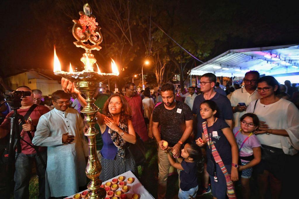 TANDA BERMULANYA PERAYAAN: Orang ramai menyalakan lampu untuk menyambut kedatangan Deepavali di Little India pada petang 17 Oktober lalu dalam majlis perayaan yang dinamakan 'Let's Light-Up Little India' anjuran Persatuan Peniaga dan Warisan Little India (Little India Shopkeepers And Heritage Association). - Foto BH oleh ARIFFIN JAMAR