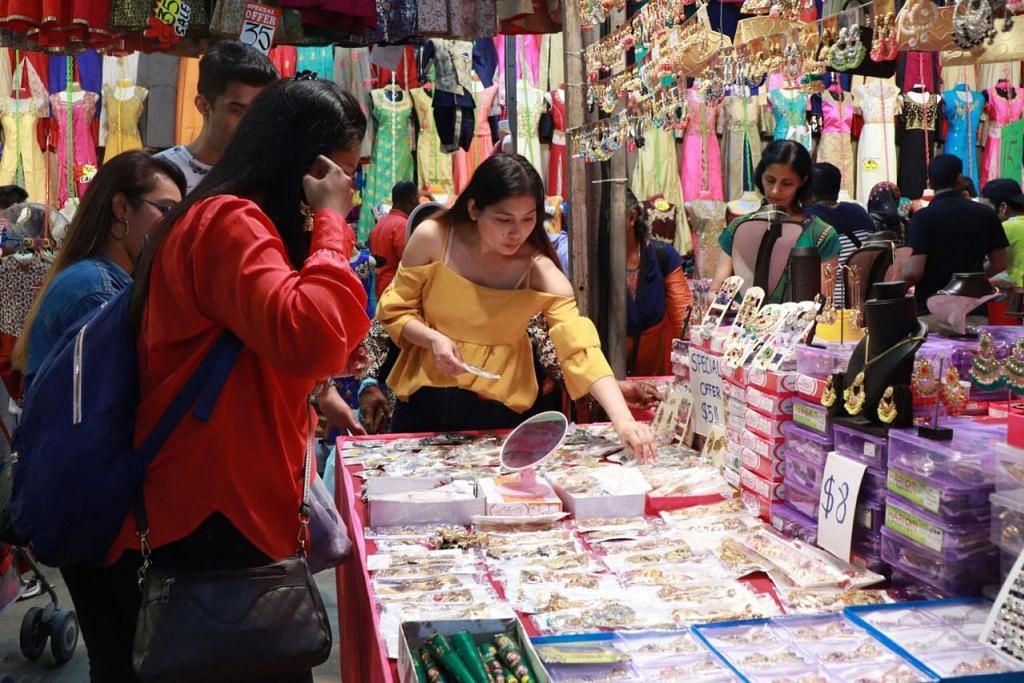 BAZAR DEEPAVALI: Pelanggan memilih daripada pelbagai aksesori yang boleh didapati di kedai yang terletak di bazar Deepavali di Kinta Road. - Foto BH oleh MEIMUNA