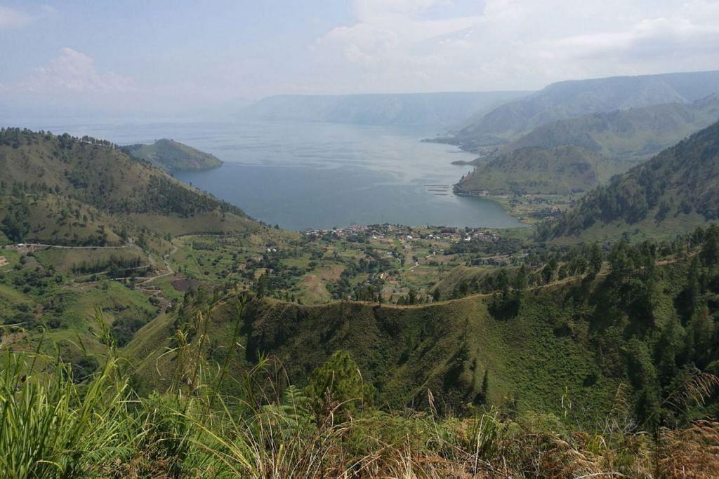 DANAU TOBA: Salah satu destinasi yang terkenal dalam kalangan pelancong setempat dan asing namun kurang akses langsung ialah Danau Toba di Sumatera. - Foto BH oleh WAHYUDI SOERIAATMADJA