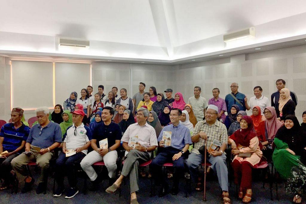 KONGSI ILMU TENTANG BERITA PALSU: Dr Yaacob Ibrahim (lima dari kiri) dan penceramah, Dr Elme Nekmat (empat dari kiri) bergambar beramai-ramai bersama hadirin di akhir sesi perkongsian mengenai berita palsu. - Foto BH oleh NUR FATHIN AWALLUDIN