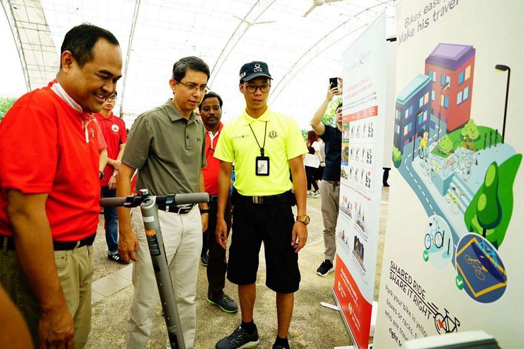 UTAMAKAN KESELAMATAN: Dr Faishal (dua dari kiri) dan Encik Shamsul Kamar (kiri) sedang meninjau usaha mendidik masyarakat untuk mengutamakan keselamatan apabila menggunakan alat mobiliti aktif. - Foto KAKI BUKIT CCC