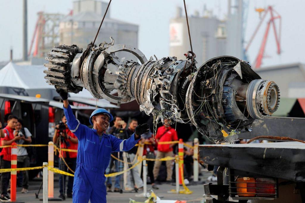 ANTARA YANG DITEMUI: Enjin pesawat yang musnah ini bakal diperiksa sebagai sebahagian siasatan punca nahas. - Foto REUTERS
