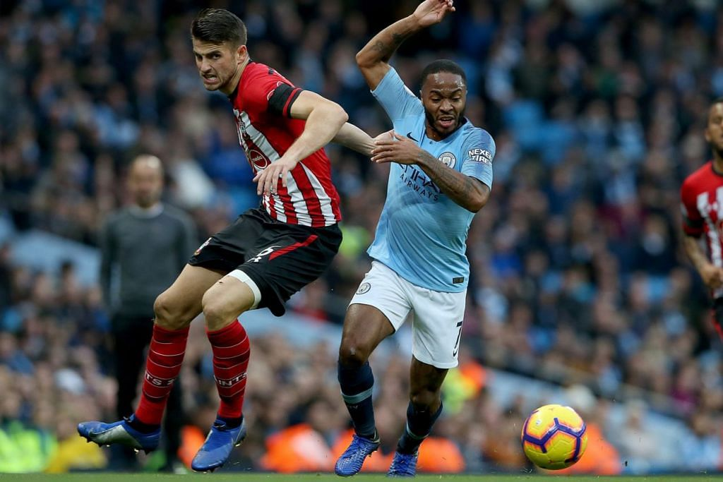 PERSEMBAHAN BAIK: Raheem Sterling (kanan) memberi persembahan baik apabila pasukannya Manchester City, membenam Southampton 6-1. - Foto EPA-EFE
