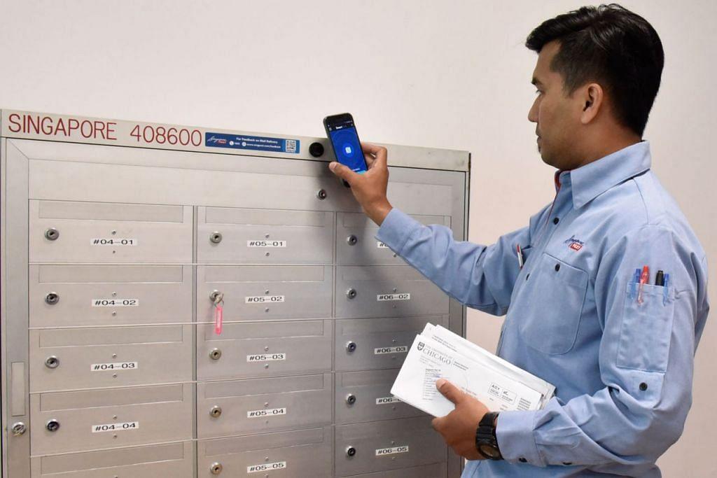 SEMAKIN CANGGIH: Mulai Januari, kesemua 1,000 posmen akan menggunakan aplikasi mudah alih bagi membantu dalam menjejaki pengiriman dan tandatangan elektronik bagi surat berdaftar. - Foto WANBAO