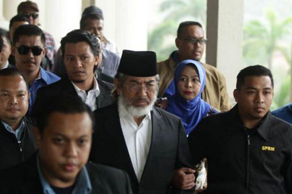 DIDAKWA: Tan Sri Musa Aman (pakai songkok) hadir bagi menghadapi beberapa pertuduhan di bawah Akta Pencegahan Rasuah (APR) 1997 di Kompleks Mahkamah Kuala Lumpur semalam. - Foto THE STAR