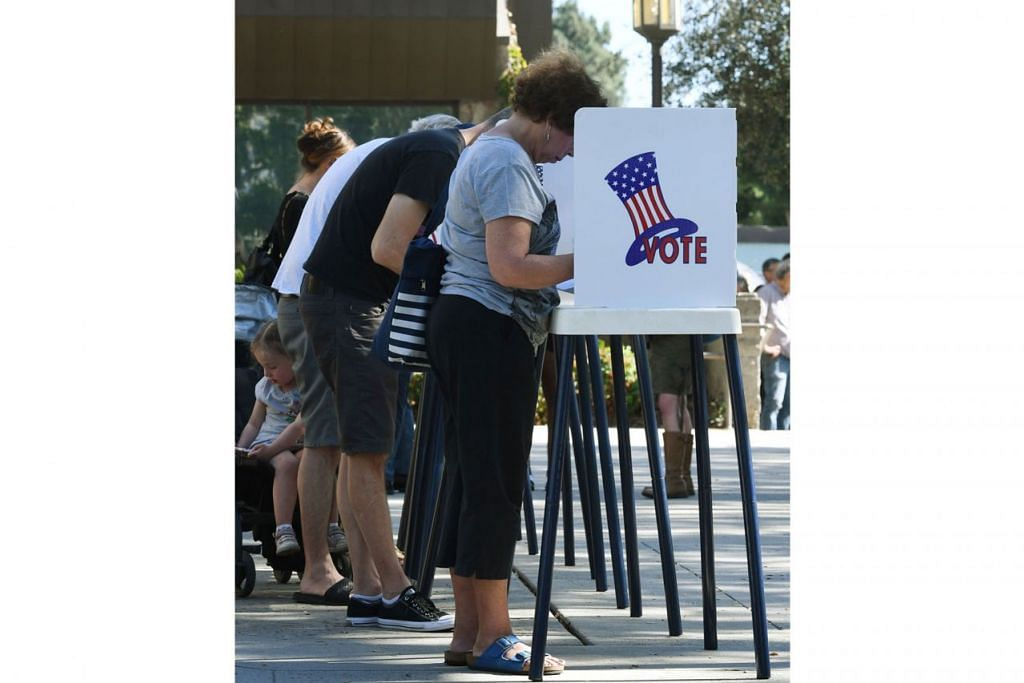 UNDI AWAL: Penduduk Pasedena, California, telah keluar mengundi awal pada Sabtu lalu bagi pilihan raya pertengahan penggal Amerika Syarikat. - Foto AFP
