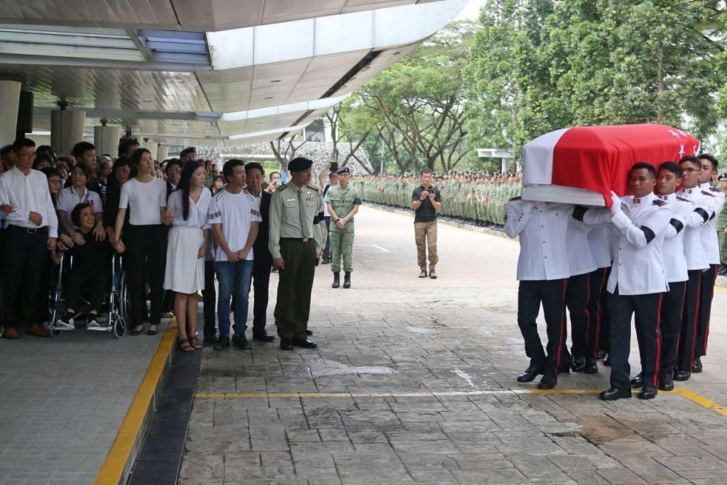 PENGEBUMIAN PENUH HORMAT: CFC Liu Kai, yang turut diberi pengiktirafan posthumus menyusuli tragedi itu, telah diberi pengebumian tentera semalam. - Foto ZAOBAO