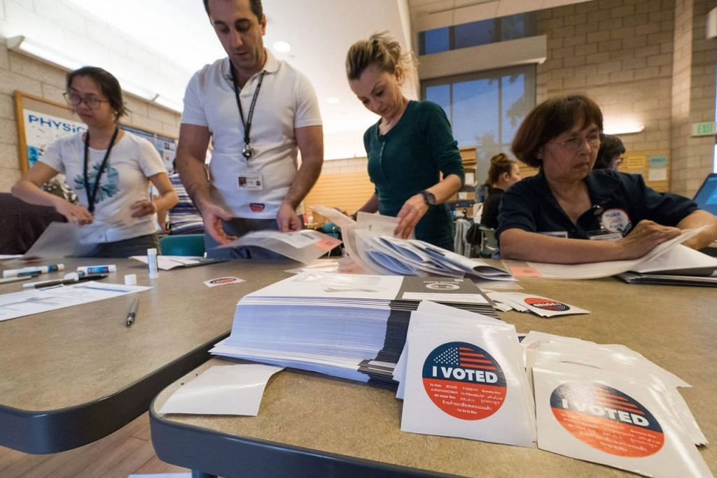 KELUAR UNDI: Warga Amerika Syarikat akan membuang undi dalam pilihan raya pertengahan penggal. Gambar menunjukkan pekerja menguruskan pengundian di kawasan kejiranan Lakeview Terrace, Los Angeles, California. - Foto AFP