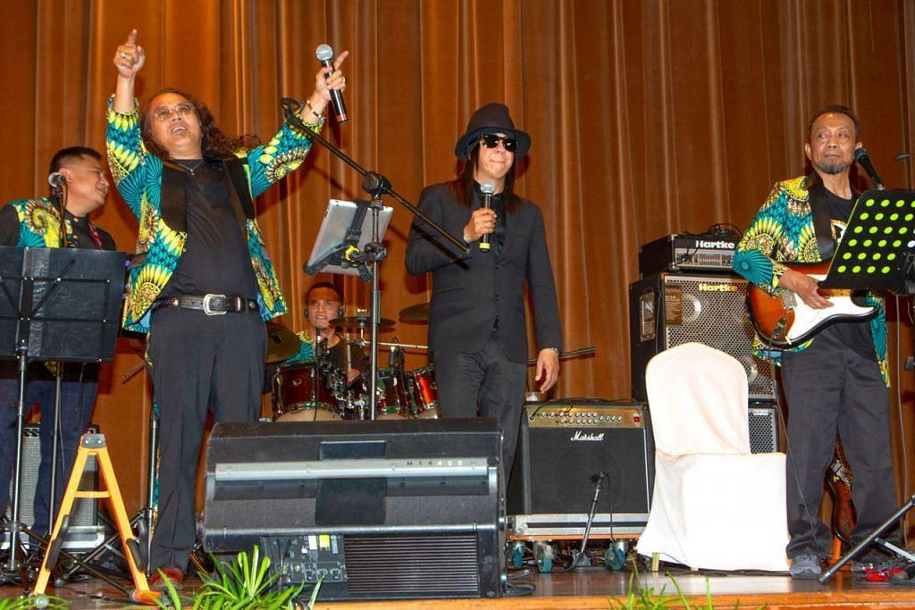 GANDINGAN VOKALIS HEBAT: Jatt Ali (dua dari kiri) dari Black Dog Bone dan Jay Jay dari Carefree (bertopi) membuat seisi Grand Ballroom di Orchid Country Club riuh dengan sorakan mengenang nostalgia. Bersama mereka adalah anggota BDB lain, Walit Halik (kiri) dan Razzi M (kanan). - Foto BH oleh ZALEHA ABDUL KADER