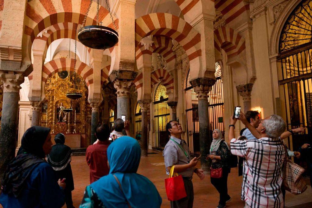 BERTAMBAH TAHUN LALU: Jumlah pelawat ke Eropah, seperti ke Mosque-Cathedral of Córdoba ini menambah bilangan pelawat ke serata Eropah tahun lalu. - Foto AFP