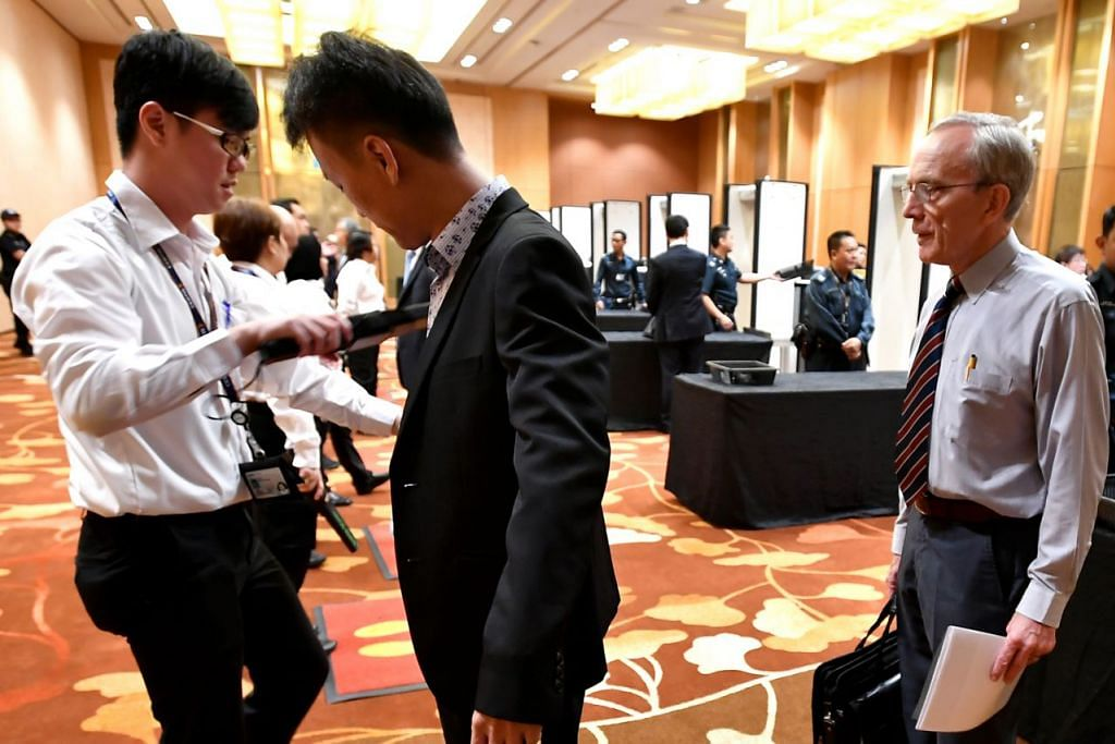 JALANI PEMERIKSAAN: Tetamu yang hadir dalam Puncak Perniagaan dan Pelaburan Asean di Pusat Konvensyen Marina Bay Sands menjalani pemeriksaan keselamatan semalam. - Foto BH oleh LIM YAOHUI