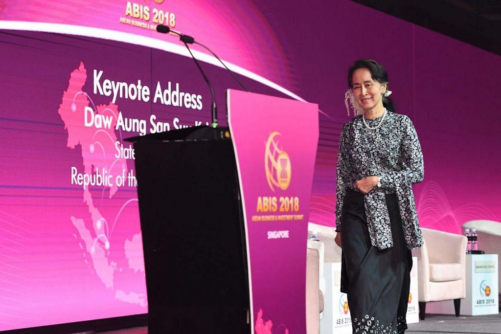 BUKA PELUANG PERNIAGAAN: Kaunselor Negara Myanmar Cik Aung San Suu Kyi bersiap untuk memberi ucapan di sebuah di forum perniagaan di luar Sidang Punak Asean ke-33 di Marina Bay Sands. - Foto AFP