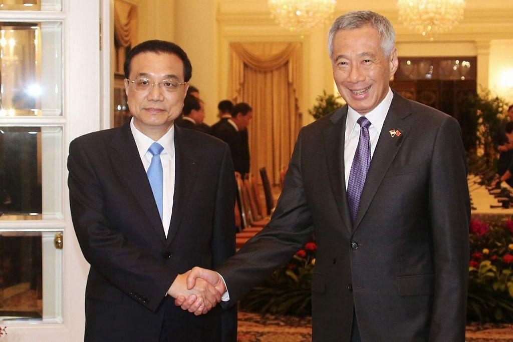 PERTEMUAN DUA PEMIMPIN: Encik Lee dan Encik Li Keqiang bertemu di Istana semalam dalam lawatan rasmi Encik Li sempena Sidang Puncak Asean ke-33 dan beberapa sidang berkaitan. - Foto ZAOBAO