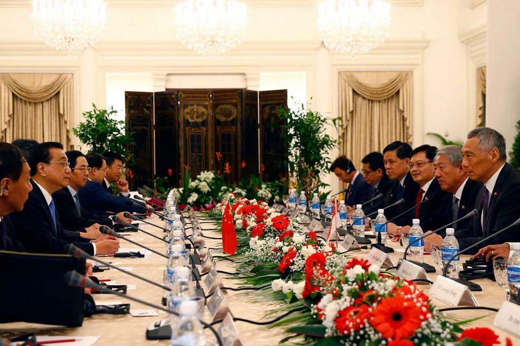 BINCANG PELBAGAI ISU: Barisan pemimpin Singapura yang diketuai Encik Lee (kanan) bertemu Encik Li Keqiang (dua dari kiri) di Istana semalam. - Foto AFP