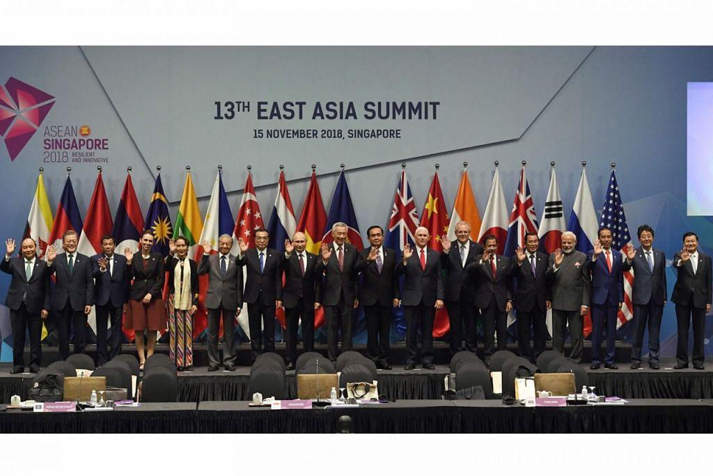 SIDANG PUNCAK ASIA TIMUR: (Dari kiri) Perdana Menteri, Encik Vietnam Nguyen Xuan Phuc; Presiden Korea Selatan, Encik Moon Jae-in; Presiden Filipina, Encik Rodrigo Duterte; Perdana Menteri New Zealand, Cik Jacinda Ardern; pemimpin Myanmar, Cik Aung San Suu Kyi; Perdana Menteri Malaysia, Tun Dr Mahathir Mohamad; Perdana Menteri China, Encik Li Keqiang; Presiden Russia, Encik Vladimir Putin; Perdana Menteri Singapura, Encik Lee Hsien Loong; Perdana Menteri Thailand, Encik Prayut Chan-O-Cha; Naib Presiden Amerika Syarikat, Encik Mike Pence; Perdana Menteri Australia, Encik Scott Morrison; Sultan Brunei, Sultan Hassanal Bolkiah; Perdana Menteri Kemboja, Encik Hun Sen; Perdana Menteri India, Encik Narendra Modi; Presiden Indonesia, Encik Joko Widodo; Perdana Menteri Jepun, Encik Shinzo Abe; dan Perdana Menteri Laos, Encik Thongloun Sisoulith, bergambar sebelum Sidang Puncak Asia Timur ke-13 semalam. - Foto AFP