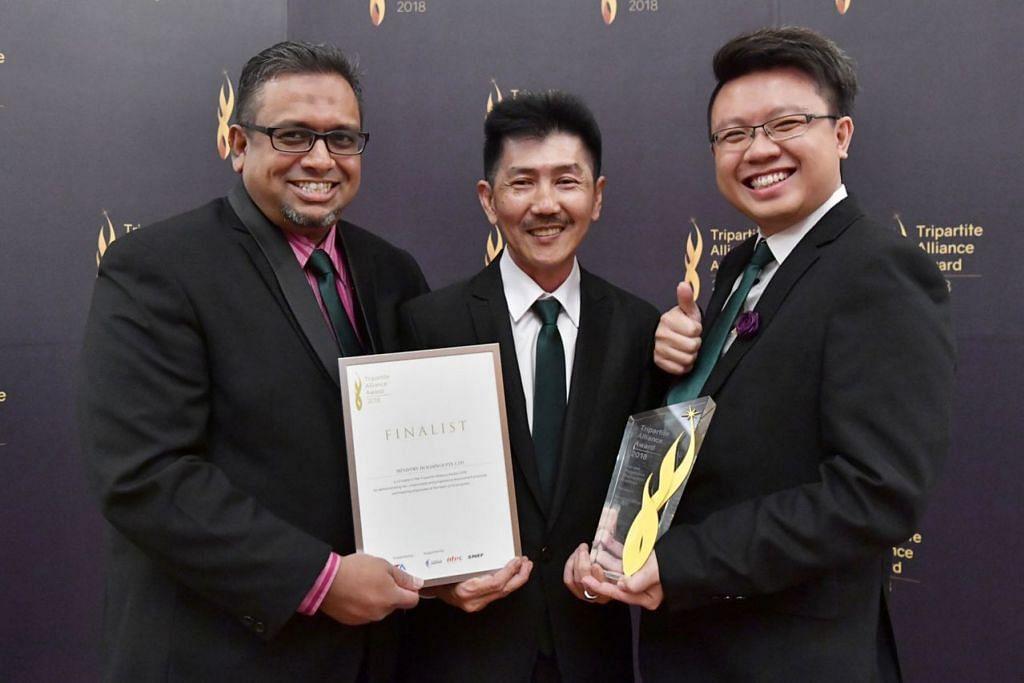 MAJIKAN CONTOH: (Dari kiri) Encik Anshari bersama dua pengarahnya, Encik Lester Lau dan Encik Rio Goh yang mengamalkan ciri-ciri inklusif dalam pengambilan pekerja mereka. - Foto TAFEP