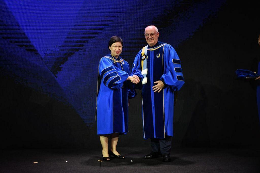 Profesor De Meyer (kanan) bergambar dengan penggantinya sebagai presiden di SMU, Profesor Lily Kong.