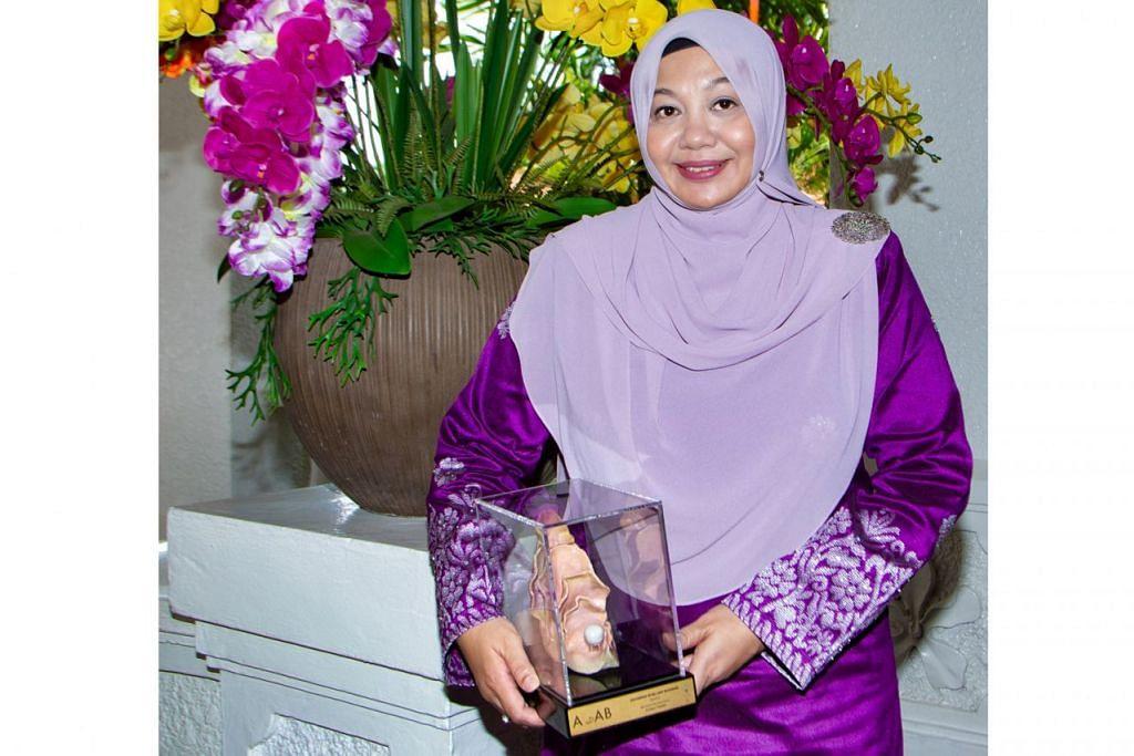 """SEMAI NILAI MURNI: Cik Rita Zarina Mohd Nazeer merasakan bahawa sebagai guru Bahasa Melayu, ia merupakan """"satu peluang yang sangat baik"""" untuk memupuk nilai-nilai murni dalam diri anak didiknya. – Foto BM oleh ZALEHA ABDUL KADER"""