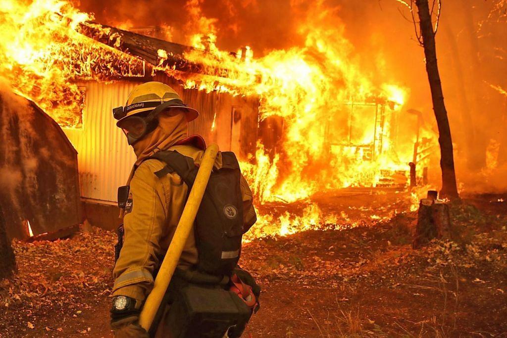 CABARAN ANGGOTA BOMBA: Anggota bomba California berjuang melawan api 'Camp Fire' di Magalia, utara California. – Foto AFP