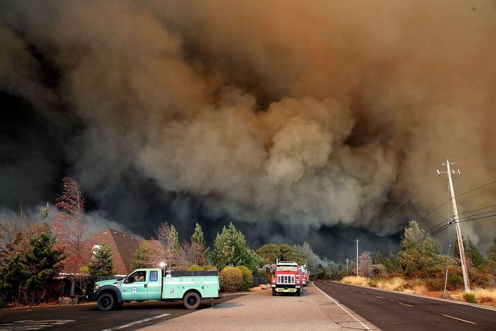 BAK LEDAKAN BOM: Asap hitam kebakaran 'Camp Fire' menyelubungi Paradise, utara California. Angin kencang membuat api cepat merebak, memusnahkan kawasan seluas lebih 7,284 hektar dalam beberapa jam. – Foto AFP