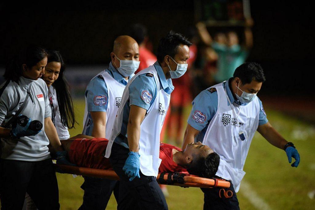 SAAT CEMAS: Faris Ramli diusung keluar padang semasa Singapura menentang Filipina.