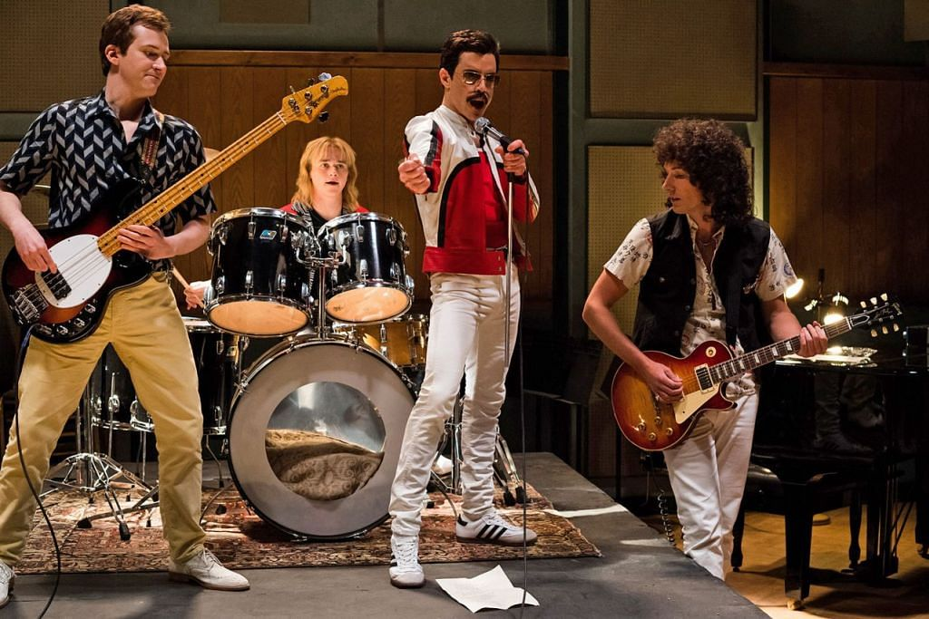 PEGANG WATAK PENYANYI FREDDY MERCURY: Rami Malek dan di tengah (gambar atas) bersama dari kiri Joe Mazzello (John Deacon), Ben Hardy (Roger Taylor) dan Gwilym Lee (Brian May) dalam filem 'Bohemian Rhapsody.'. - Foto TWENTIETH CENTURY FOX