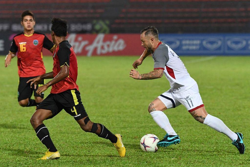 LINCAH: Pemain tengah Filipina, Stephan Schrock (kanan) cuba mengelecek pemain Timor Leste dalam perlawanan dua negara itu di Kuala Lumpur pada Sabtu lalu. - Foto AFP