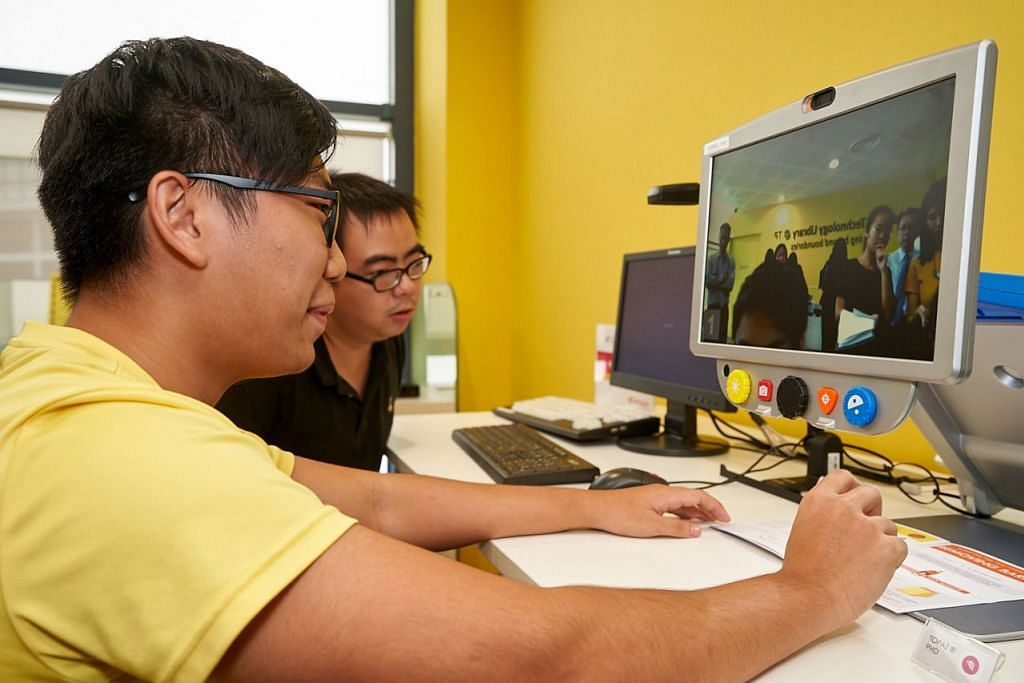 PERMUDAH PEMBELAJARAN: Encik Rayner Teo (kiri) dan Encik Edwin Tan, yang mengalami masalah penglihatan, mengatasi keterbatasan dengan menggunakan papan kunci gantian yang dicipta khusus buat pengguna seperti mereka. - Foto POLITEKNIK TEMASEK