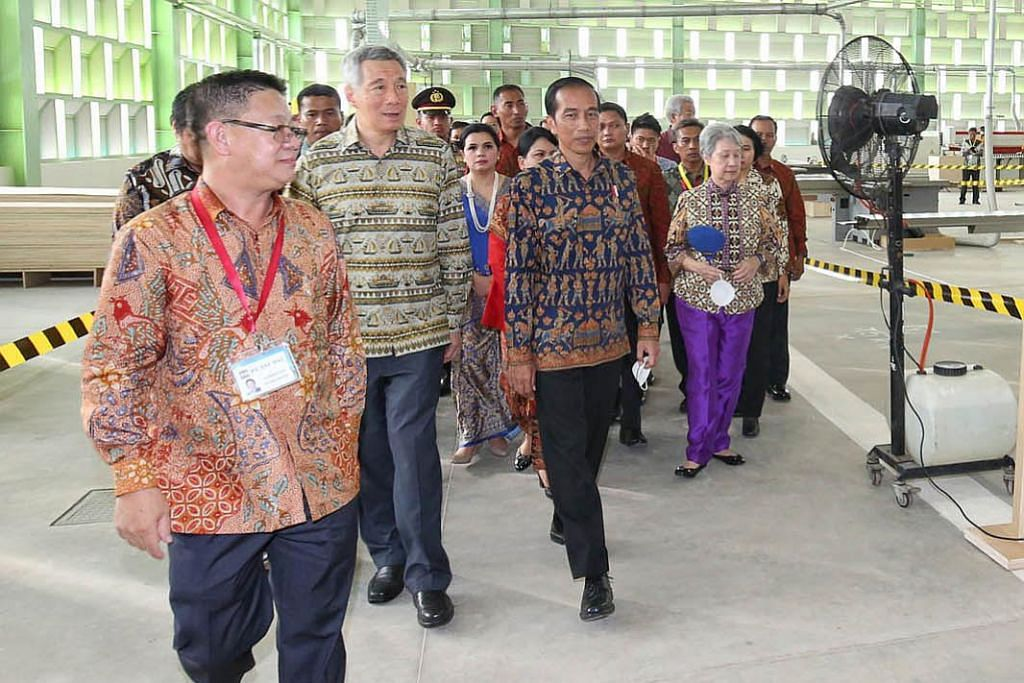PERTINGKAT KERJASAMA: Perdana Menteri Lee Hsien Loong (dua dari kiri) dan Presiden Indonesia Joko Widodo (sebelah kiri PM Lee) merasmikan Taman Perindustrian Kendal di Semarang, Indonesia, dua tahun lalu. - Foto fail