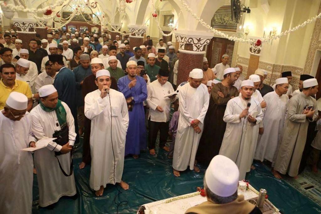 SELAWAT BERGEMA: Jemaah di Masjid Khadijah di Geylang Road dalam acara menyambut Maulud Nabi Muhammad saw pada Isnin malam, 12 Rabiulawal. - Foto MASJID KHADIJAH