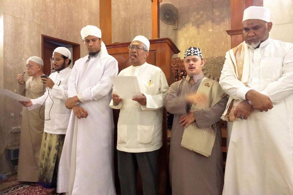 MUKA LAMA DAN BARU: Di Masjid Khalid yang terletak di Joo Chiat Road, acara maulud berlangsung selama 12 hari dengan sesi ceramah di bawah pimpinan beberapa asatizah seiring kata-kata pujian bagi memperingati junjungan Nabi Muhammad saw. - Foto MASJID KHALID