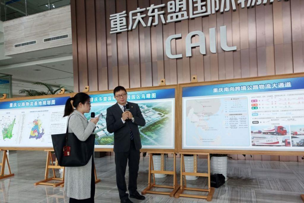TINJAU POTENSI: Pegawai daripada Taman Logistik Antarabangsa Chongqing Asean (CAIL) sedang memberikan taklimat tentang kemudahan yang disediakan di lokasi itu dan boleh dimanfaatkan oleh rakan-rakan serantau, terutama dalam meneroka peluang di bawah inisiatif One Belt and Road. – Foto-foto BH oleh ATIYYAH MOHD SAID