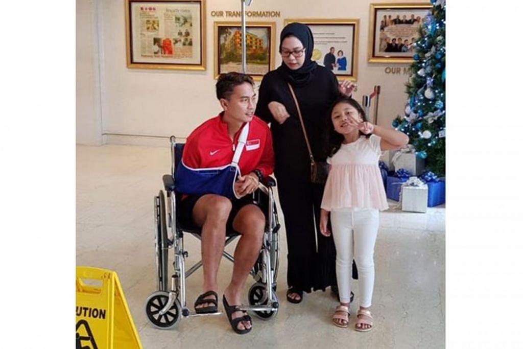 MASIH BERSEMANGAT: Shahril (kiri) ditemani isteri dan anaknya selepas menjalani pembedahan pada bahu kanannya di hospital baru-baru ini. Beliau kini menjalani proses pemulihan selama dua bulan sebelum dapat kembali beraksi. - Foto ihsan SHAHRIL ISHAK