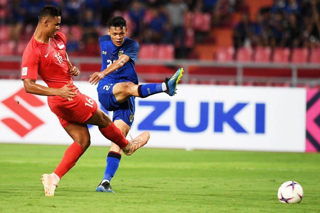 Penyerang Thailand Supachai Jaided (kanan) menjaringkan gol semasa perlawanan antara Thailand dan Singapura di Stadium Rajamangala pada Ahad, 25 November. Sekitar 30,000 penonton hadir untuk menyaksikan perlawanan tersebut. Foto: AFP