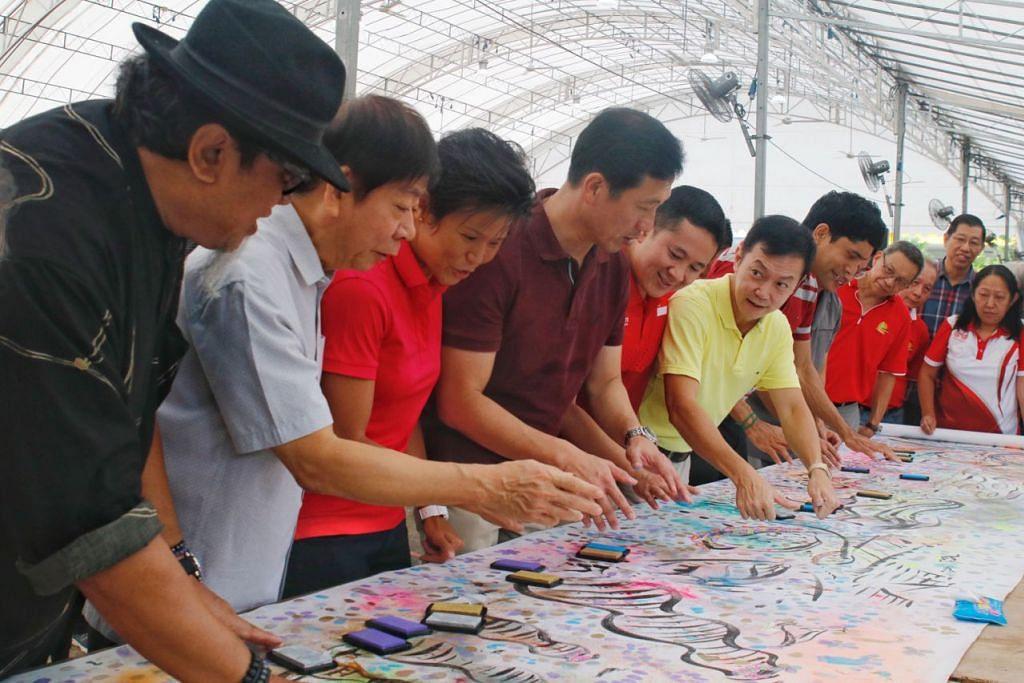 AKTIF SEPANJANG HAYAT: Encik Khaw (dua dari kiri), Encik Ong (empat dari kiri) dan Encik Amrin (lima dari kiri) mengecap cap jari mereka di kanvas lukisan seni Singapore Bicentennial, bersama pelukis Singapura Encik Rosihan Dahim (bertopi). - Foto BH oleh JEREMY KWAN JW