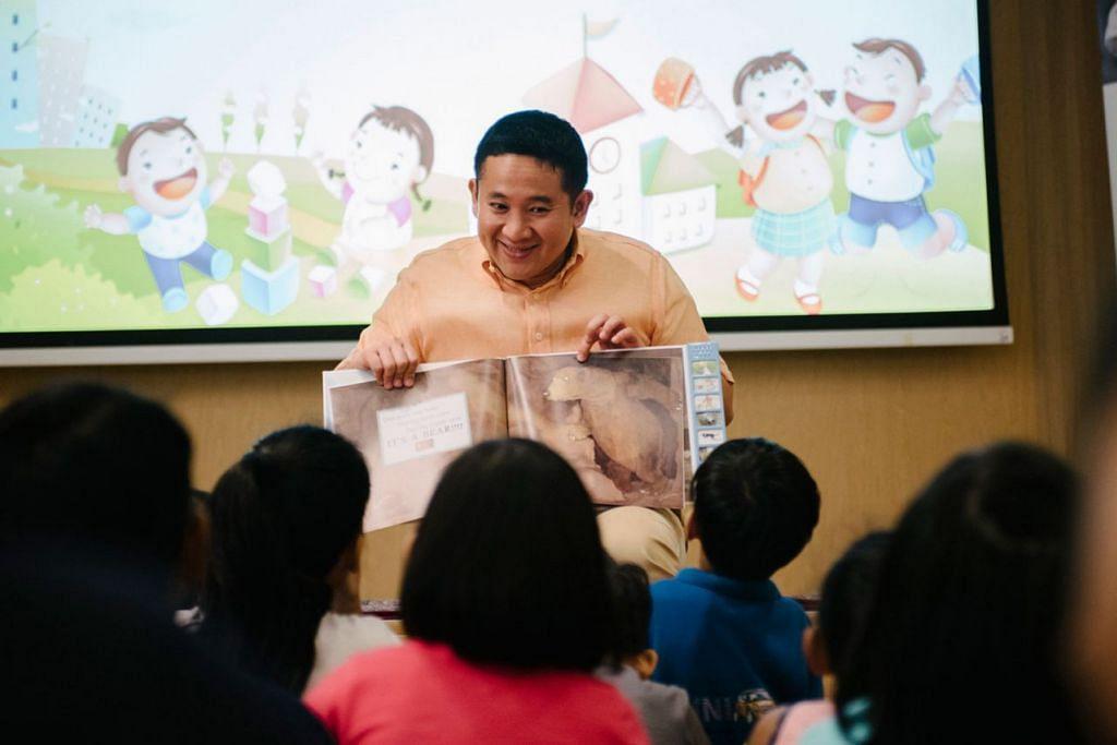 PUPUK MINAT MEMBACA: Encik Amrin membacakan buku kepada sekumpulan 40 kanak-kanak dengan penuh bertenaga, dan berharap dapat menyemai sikap positif terhadap tabiat membaca di kalangan mereka. - Foto BH oleh ALVIN HO