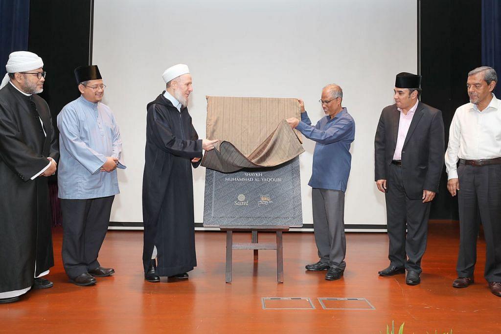 LANCAR BUKU: Shaykh Muhammad Al-Yaqoubi (tiga dari kiri) melancarkan bukunya yang diterjemahkan kepada bahasa Melayu berjudul 'Menyangkal ISIS' sambil dibantu Encik Masagos. Bersama mereka ialah (dari kiri) Presiden Pergas Ustaz Mohamad Hasbi Hassan; Mufti Dr Mohd Fatris Bakaram; Dr Mohamed; dan Ketua Eksekutif Majlis Ugama Islam Singapura (Muis) Haji Abdul Razak Hassan Maricar. - Foto BH oleh JONATHAN CHOO