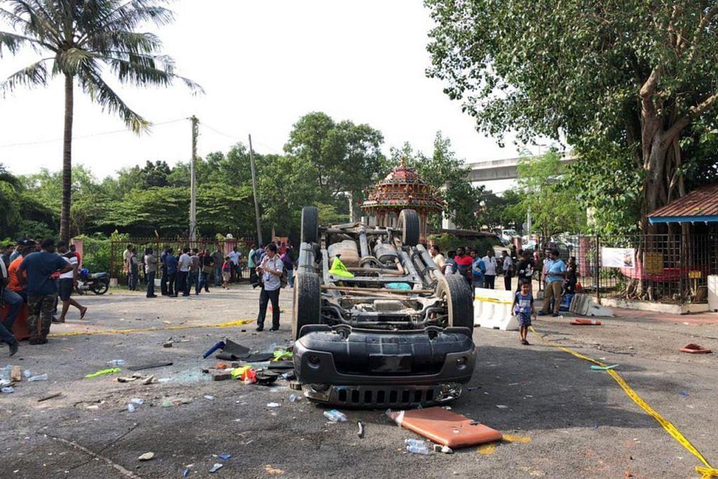 KESAN RUSUHAN: Kereta terbalik di kuil Hindu Sri Maha Mariamman Seafield di Subang Jaya ekoran berlakunya pertelingkahan membabitkan pemindahan kuil baru-baru ini. - Foto BH olef TRINNA LEONG