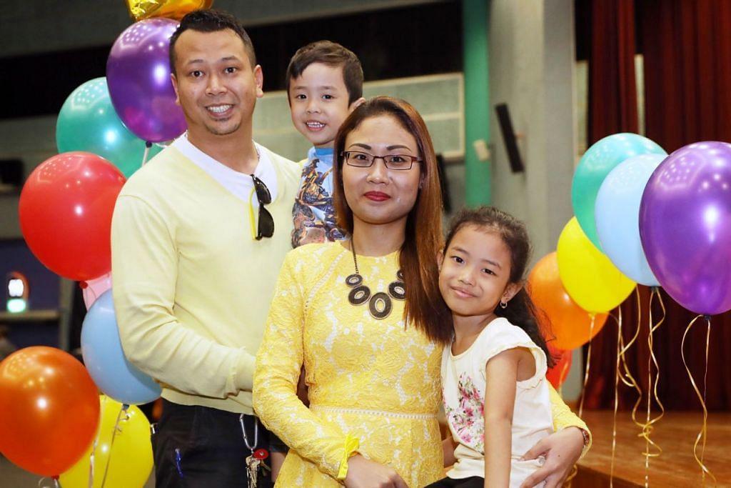 RAIH MANFAAT: Antara keluarga yang telah menyertai program KMM@CC ialah Encik Muhammad Faizal Jamil (kiri), isteri Cik Normaya Johari dan dua anak mereka Nayli Yusyairah (kanan) dan Izz Haziq. - Foto BH oleh GAVIN FOO