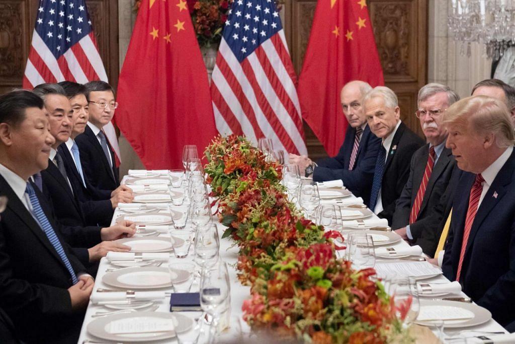 SELEPAS SIDANG PUNCAK: Presiden Amerika Donald Trump (kanan) dan Presiden China Xi Jinping (kiri) menyertai jamuan malam selepas Sidang Puncak G20 di Beunos Aires, Argentina, kelmarin. - Foto AFP