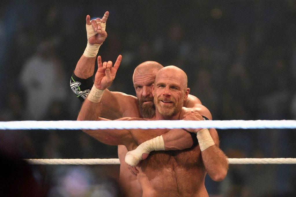 MASUK SEMULA GELANGGANG: Selepas lapan tahun menyepi, Shawn Michaels (depan) masuk semula ke gelanggang dan berpasangan dengan rakan baiknya Triple H dalam satu acara di Arab Saudi baru-baru ini. - Foto AFP