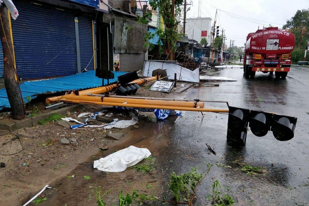 BANYAK BANGUNAN DAN PRASARANA TERJEJAS: Begini keadaan selepas puting beliuang Gaja melanda Tamil Nadu pada 16 November lalu. - Foto REUTERS