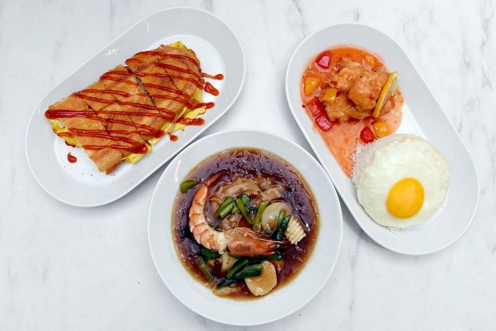 Gambar atas menunjukkan antara sajian yang mendapat perhatian pelanggan Laila's Kitchen termasuk (dari kiri) roti John, hor fun makanan laut dan set nasi ayam telur asin. - Foto BH oleh KHALID BABA