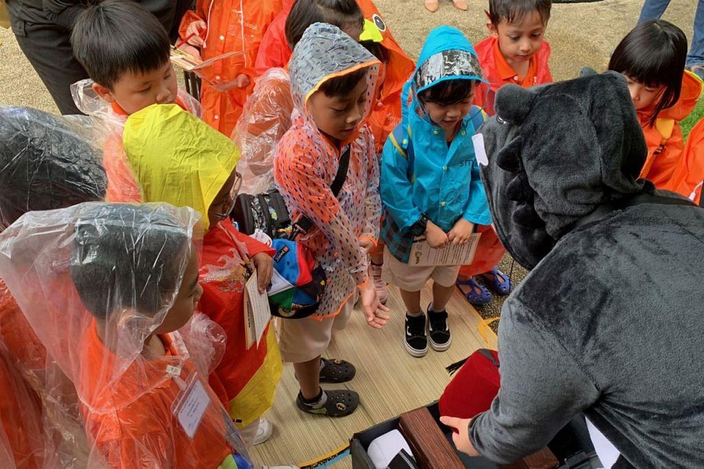 MANA SONGKOK MELAYU?: Seramai 15 kanak-kanak My First Skool mempelajari cara membezakan antara songkok, songkok haji dan fez dalam salah satu kegiatan. - Foto BH oleh SITI AISYAH NORDIN