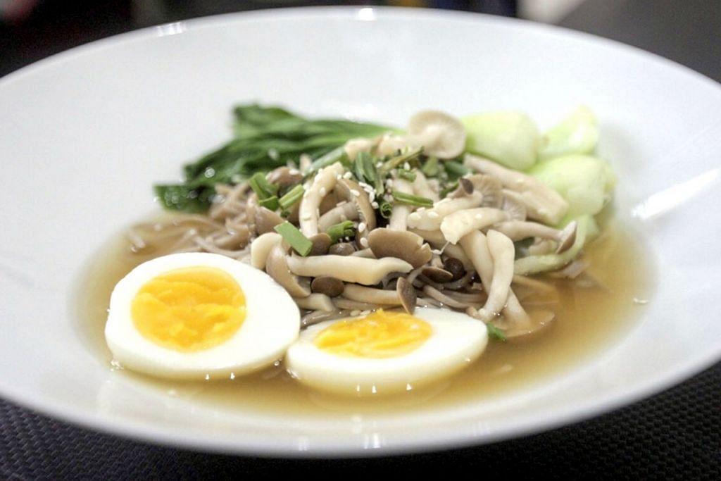 MENYEGARKAN: Mi soba yang dihidangkan dengan sup sayur ini bukan sahaja lebih menyihatkan, malah sangat mudah disiapkan.   - Foto BH oleh IQBAL FAIZAL
