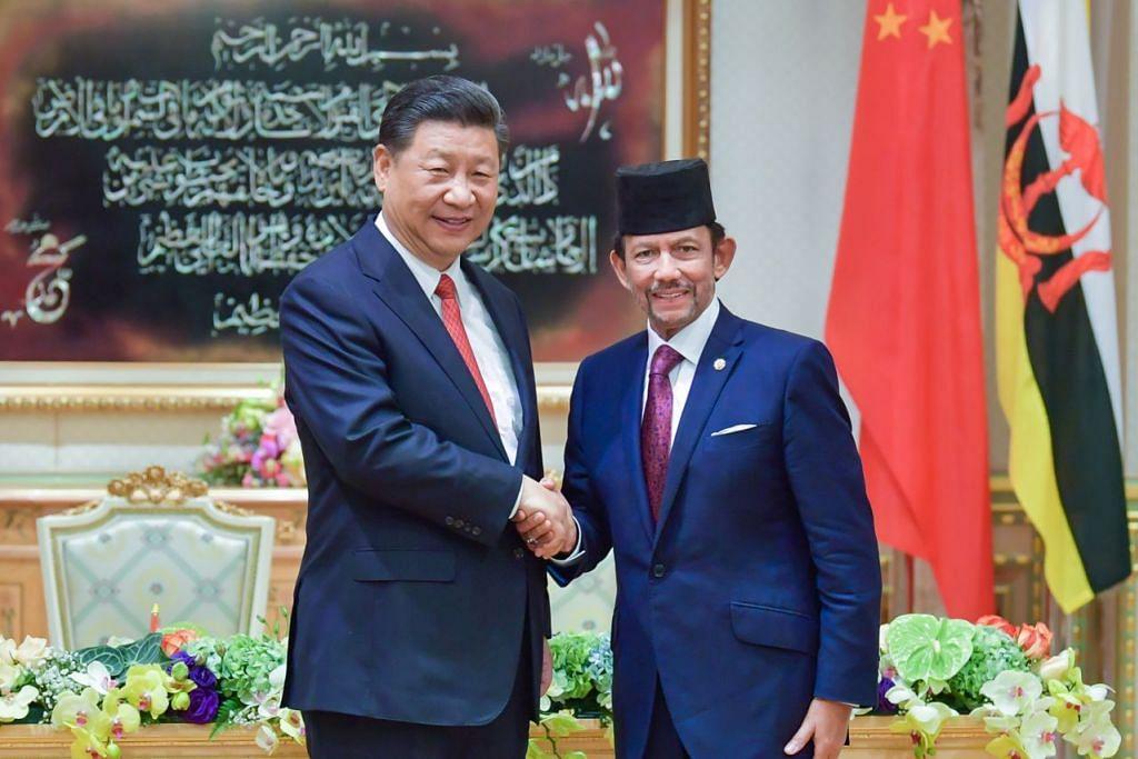 KIAN AKRAB: Presiden China Xi Jinping (kiri)) dan Sultan Brunei Hassanal Bolkiah berjabat tangan di Istana Nurul Iman di Bandar Seri Begawan, Brunei, baru-baru ini (19 November). Ia merupakan lawatan rasmi pertama oleh Presiden China dalam 13 tahun ke negara itu, sekali gus menyemarakkan hubungan ekonomi antara kededua negara. - Foto JABATAN PENERANGAN BRUNEI